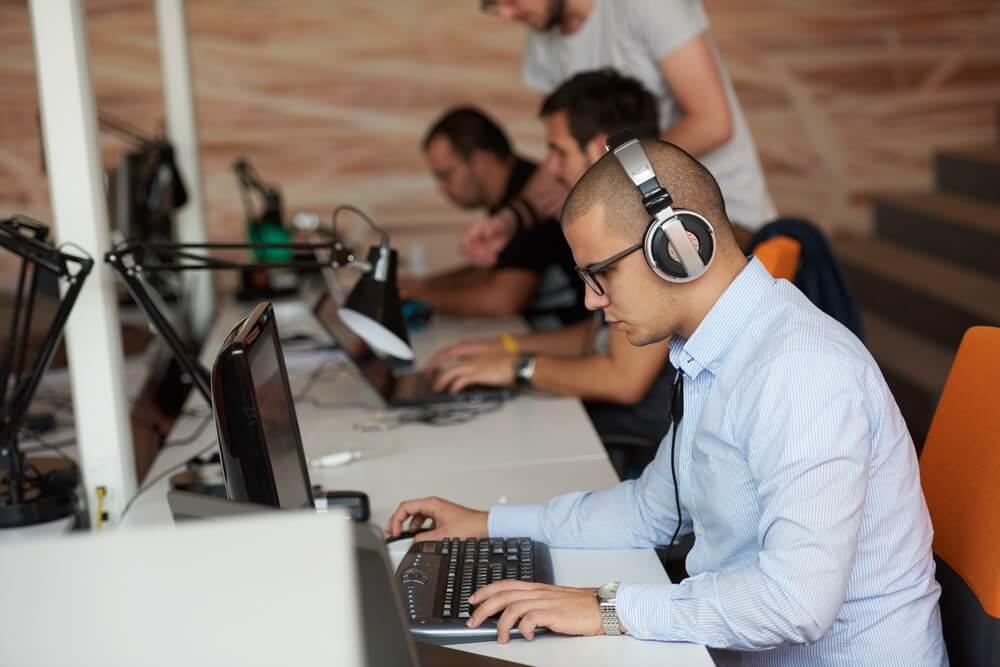 Quais as vantagens de usar o Visual Studio para desenvolver aplicativos?