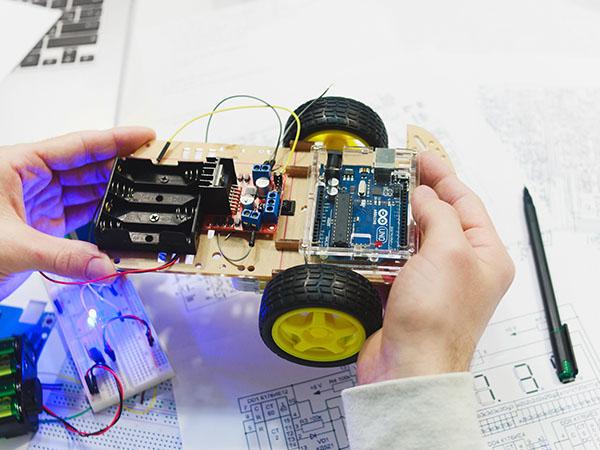 O Arduino pode ser usado para programação de robôs